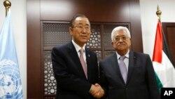 Sekjen PBB Ban Ki-moon (kiri) berjabat tangan dengan Presiden Palestina Mahmoud Abbas di Ramallah (21/10).