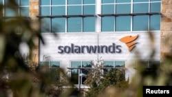 ປ້າຍຊື່ຂອງບໍລິສັດ SolarWinds ຕິດຢູ່ໜ້າຫ້ອງການຂອງສໍານັກງານໃຫຍ່ຂອງບໍລິສັດນີ້ໃນເມືອງ Austin, ລັດເທັກຊັສ, ວັນທີ 18 ທັນວາ, 2020.