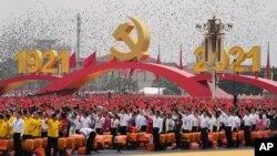 Ljudi mašu kineskim zastavama tokom ceremonije na Tjenanmenu povodom obeležavanja 100. godišnjice osnivanja vladajuće Komunističke partije Kine, u Pekingu, 1. jula 2021. (Foto: AP/Ng Han Guan)