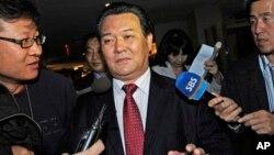 지난 2010년 12월 유엔 본부에서 신선호 유엔 주재 북한대사(가운데)가 기자들의 질문에 답변을 거부한채 퇴장하고 있다. (자료사진)