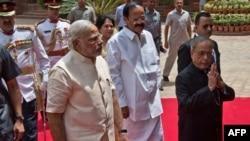 Tổng thống Ấn Độ Pranab Mukherjee (phải) và Thủ tướng Ấn Độ Narendra Modi (trái) đến dự phiên họp Quốc hội ở New Delhi, ngày 9/6/2014.
