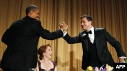 U.S. President Barack Obama shakes hands with comedian Jimmy Kimmel as WHCA President and Reuters correspondent Caren Bohan (C) watches at the White House Correspondents Association annual dinner in Washington, April 28, 2012.