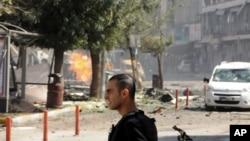 土耳其的汽车爆炸事件后,一名安全员站在爆炸地点旁(2016年9月12日)。