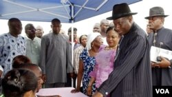 Presiden Nigeria Goodluck Jonathan datang untuk mencoblos, Sabtu (16/4) di Otuoke.