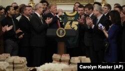 Presiden Donald Trump menyambut juara Sepakbola Amerika Tingkat Perguruan Tinggi untuk tahun 2018, The North Dakota State Bison, di ruang makan kenegaraan di Gedung Putih, Washington, D.C., Senin, 4 Maret 2019 (foto: AP Photo/Carolyn Kaster)