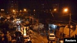 Tentara Lebanon memeriksa wilayah di sekitar cafe di Jabal Mohsen, Tripoli, menyusul serangan bom bunuh diri di tempat tersebut (10/1).