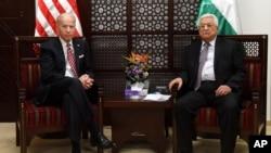 Joe Biden, yang saat itu menjabat sebagai Wapres AS, bertemu Presiden Palestina Mahmoud Abbas, di Ramallah, Tepi Barat, 9 Maret 2016 (foto: dok).