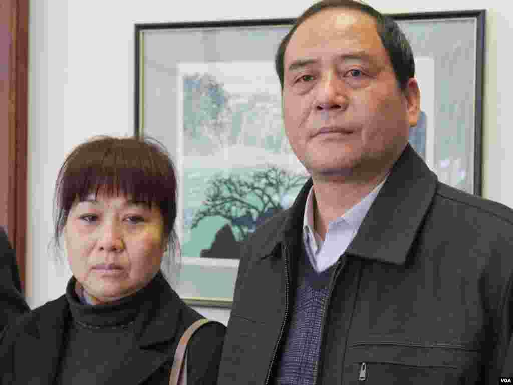 吴颖父母年初来洛杉矶受访(美国之音国符拍摄)