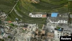 Une vue aérienne montre des maisons endommagées dans le comté de Lushan, à Ya'an, après un puissant tremblement de terre qui a frappé la province du Sichuan - 20 avril 2013