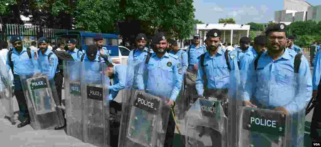 پارلیمنٹ ہاؤس کے باہر پولیس کی بھاری نفری بھی موجود ہے۔