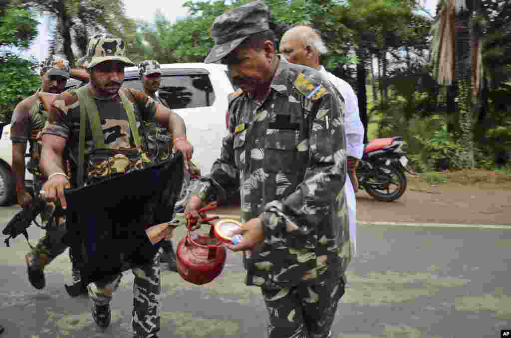 A bomb squad member defuses a suspected timer fitted device in Bodh Gaya, Bihar, India, July 7, 2013.