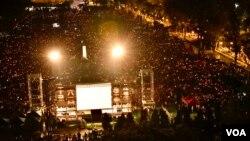 支聯會估計超過18萬人參與六四30周年燭光集會。(美國之音湯惠芸攝)
