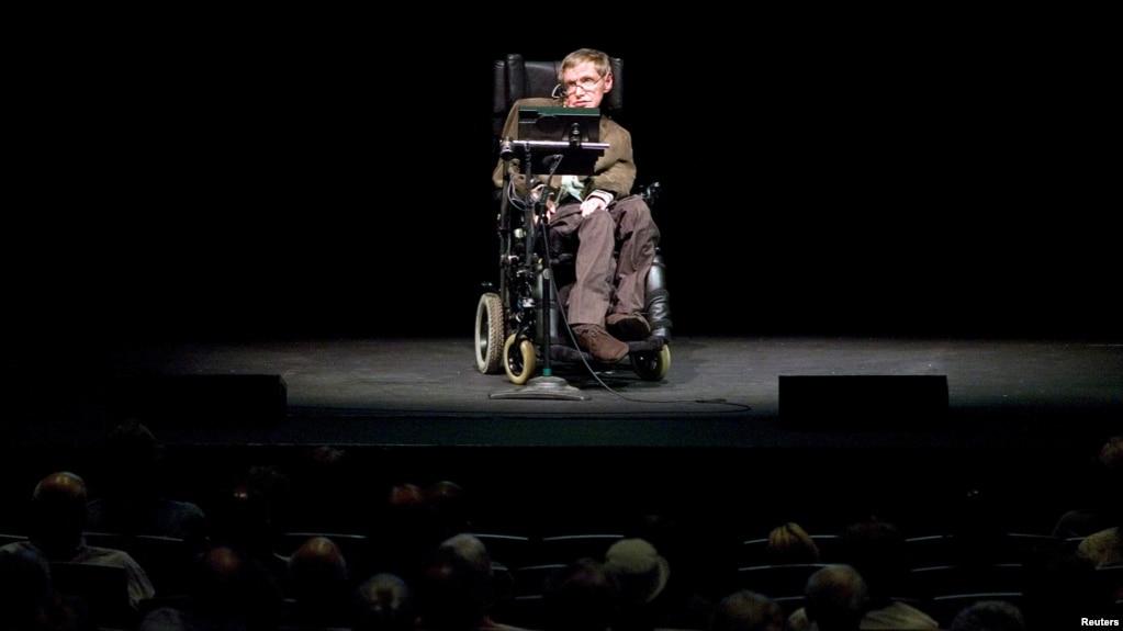 Giáo sư Stephen Hawking trong một buổi thảo luận ở California, 13/3/2007