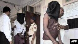 Các nghi can cướp biển tại một trạm cảnh sát ở Mumbai, Ấn Độ