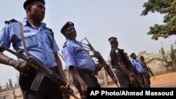 경계를 강화하고 있는 나이지리아 경찰. (자료사진)