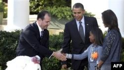 Ağ Evdə Milli Hindtoyuğu Federasiyasının sədri Yubert Enviya prezidenti Barak Obama, birinci xanım Mişel Obama və onların qızları Saşa və Maliya ilə görüşür
