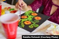 Учениця за малюванням