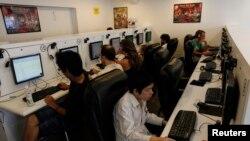 Orang-orang menjelajah web di sebuah kafe internet di Bangkok, 29 September 2010. (Foto: dok).
