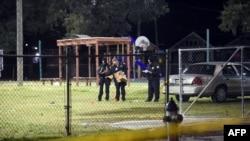 La policía revisa el lugar de los hechos en busca de evidencia. Al parecer el autor o los autores del tiroteo huyeron de la escena del crimen.