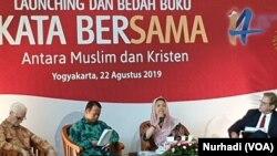"""Para pembicara dalam peluncuran buku """"Kata Bersama"""" di UGM, Yogyakarta, Kamis, 22 Agustus 2019. (Foto:VOA/Nurhadi)"""