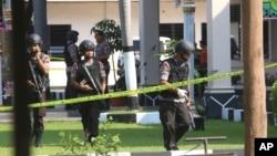 ARSIP – Anggota satuan Gegana memeriksa area dimana seorang pembom bunuh diri meledakkan dirinya di salah satu kantor polisi di Solo, Jawa Tengah, 5 Juli 2016. Polisi mengatakan pembom bunuh diri ini adalah sahabat Bahrun Naim, satu dari ratusan orang Indonesia yang bergabung dengan IS di Suriah yang terkait dengan plot lainnya di Indonesia (foto: AP Photo, Arsip)