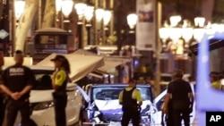 Des policiers déployés près d'une camionnette utilisée lors d'une attaque contre des passants sur l'allée centrale des Ramblas, au cœur touristique de la capitale catalane, 17 août 2017.