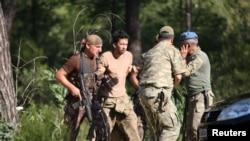 터키 군이 25일 쿠데타레 연루된 혐의로 에르칸 시켓 하사를 체포하고 있다.