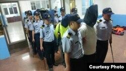 台湾海巡署2016年5月24日将大陆非法钓客押至金门,送地检署侦办。(照片由台湾金门巡防局提供 )