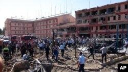 Pihak berwenang Turki memeriksa sekitar bangunan yang hancur pasca ledakan bom di Elazig, Turki Timur (18/8).