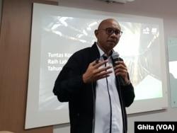 """Presiden Direktur PT MRT Jakarta, William Sabandar saat pemaparan materi """"Mengawal Keberlanjutan"""" di kantornya, di Jakarta, Rabu (27/11). (Foto: VOA/Ghita)"""
