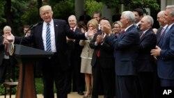 Президент Дональд Трамп встречается с лидерами республиканцев в Розовом саду Белого дома