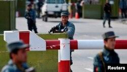 افغانستان کے دارالحکومت کابل میں وزارتِ داخلہ کے دفتر کے باہر پولیس اہلکار تعینات ہیں۔ (فائل فوٹو)