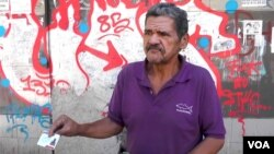 Carlos, un vigilante de 56 años, dice se vio obligado, por la crisis en la nacióna censarse con el carnet de la patria.