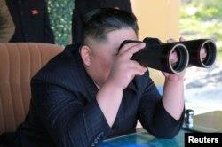 El líder de Corea del Norte, Kim Jong Un supervisa una prueba militar en Corea del Norte, el 10 de mayo de 2019. Foto provista por agencia central de noticias coreana, KCNA.