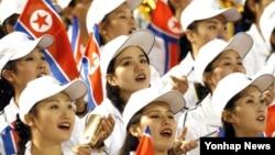 북한이 오는 9월 한국에서 열리는 제17회 인천 아시안게임에 응원단을 파견한다고 밝혔다. 사진은 지난 2002년 9월 28일 창원 종합운동장에서 열린 부산아시안게임 북한과 홍콩의 축구 예선에서 북한 응원단이 응원을 펼치는 모습.