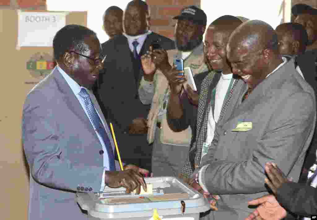 Zimbabwean President Robert Mugabe casts his vote in Harare, July 31, 2013.