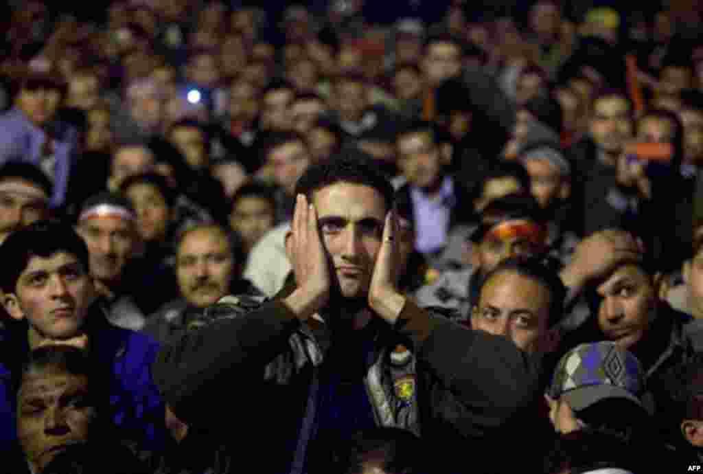 10 Şubat: Kahire'nin Tahrir Meydanı'nda Hüsnü Mübarek'in istifa etmeyi reddettiği konuşmasını televizyonda izleyen Mısırlılar (AP Photo/Emilio Morenatti)