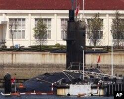 中国海军的一艘潜艇2009年4月21日停泊在青岛港口