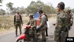 Tentara Kamboja melakukan patroli di dekat pos pemeriksaan di perbatasan, dekat lokasi kuil Preah, Selasa (8/2).