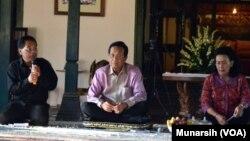 Sri Sultan Hamengkubuwono X didampingi permaisuri Gusti Kanjeng Ratu Hemas (dan moderator), memberikan penjelasan tentang dua pengumuman yang menimbulkan kontoversi yaitu Sabdo Rojo dan Dhawuh Rojo, 8 Mei 2015 (Foto: VOA/Munarsih).