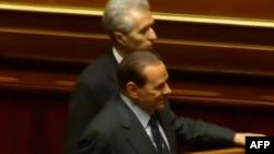 Thủ Tướng Ý Silvio Berlusconi tươi cười bước ra sau cuộc bỏ phiếu tín nhiệm tại Thượng viện, ngày 13/12/2010