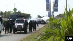 Les forces de l'ordre avancent vers des manifestants qui protestent contre la victoire du président sortant Ali Bongo à la présidentielle gabonaise, à Libreville, Gabon, 31 août 2016