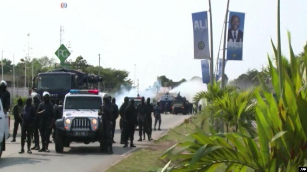 Les agents de l'ordre se déploient pour stopper la progression des manifestants en direction du siège de la Commission électorale nationale autonome et permanente, à Libreville, 31 août 2016.