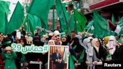 Warga Palestina pendukung Hamas meneriakkan slogan-slogan dalam sebuah unjuk rasa yang menandai ulang tahun berdirinya gerakan Hamas di Gaza City (14/12). (foto: REUTERS/Suhaib Salem)