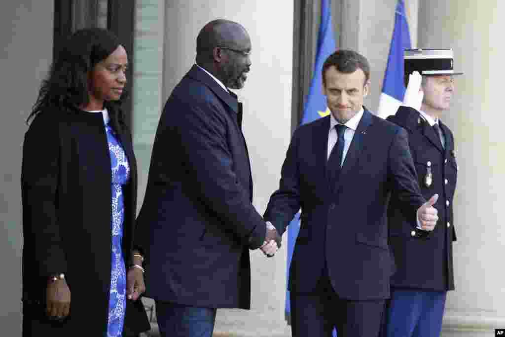 Le président français Emmanuel Macron accueilleà l'Elysée le président libérien, George Weah, ainsi que son épouse Clar Weah à Paris, le 21 février 2018.