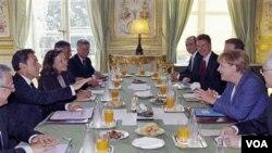 Líderes de las principales economías de la eurozona, Nicolas Sarkozy, de Francia y Angela Merkel, de Alemania sostienen reuniones para debatir la situación de la región.