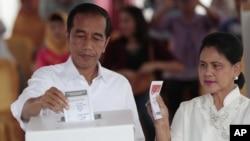 جکارتہ: صدر ودودو اور ان کی بیگم ووٹ ڈالتے ہوئے