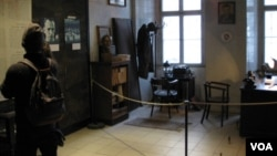 布拉格共产主义博物馆内的克格勃人员办公室模型和持不同政见人士照片。