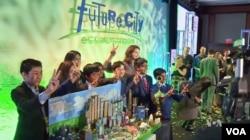 워싱턴 DC에서 열린 '미래 도시 경연대회' 시상식에서 우승한 버지니아주 '에들린 중학교' 학생들이 모형 앞에서 포즈를 취하고 있다.