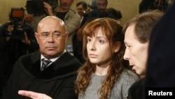La mexicana-española Estibaliz Carranza, junto a sus abogados durante el juicio en Viena, donde es acusada de descuartizar a dos hombres.